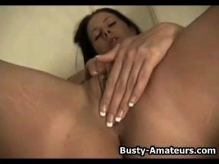 Gianna masturbándose con consolador
