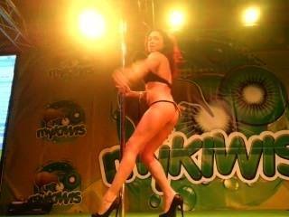 Sara puede mostrar sexo en mykiwis stand in feda 2013 by viciosillos.com