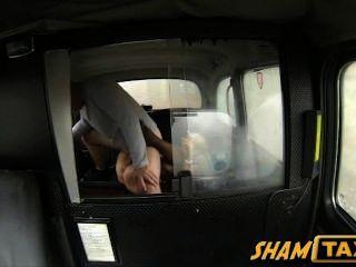 Rubia milf obtiene su coño peludo cubierto de semen durante el paseo en taxi