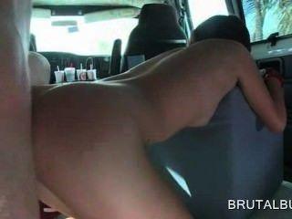 Dulce asiático aficionado coño adolescente golpeó perrito en el autobús