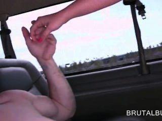 Amateur hottie llenando su coño con gran polla en el bus de sexo