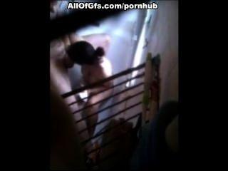 Morena haciendo mamada en el cuarto de baño