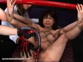 Esclavo de sexo japonés atado al poste de bambú y jodido duro con las máquinas