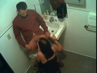 Stacy da la cabeza en el baño
