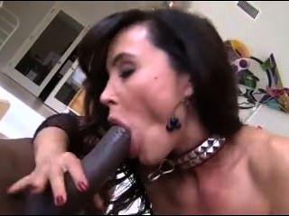 Morena obtiene una gran dick negro empujado hasta su culo