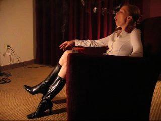 Monica pelirroja fumar en botas sexy
