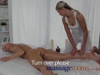 Salas de masaje caliente lesbianas jóvenes disfrutan dedo graso follando antes del orgasmo