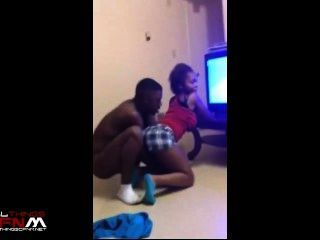 Sexy twerks niña negro en frente de un tipo totalmente desnuda