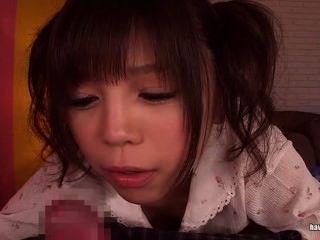 Cutie asiática en las coletas da un handjob