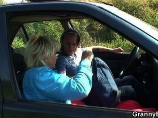 Él coge viejo de la carretera y folla en el coche