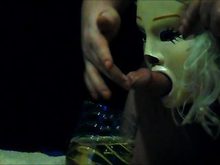 Esclavo meando a través de una máscara