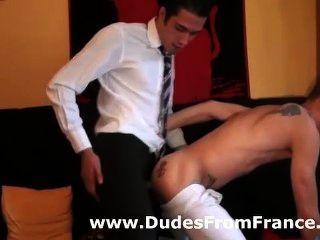 Chico gay en traje de negocios assfucks dude en zapatillas de deporte