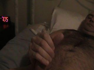 Haciendo que el marido se masturbe conmigo