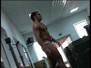 Joven alemán bodybuilder weightlifting parte 2