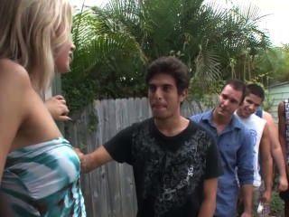 Dos amantes obligan a un tipo a ser una puta