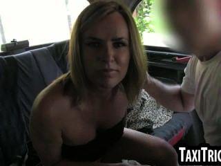 Rubia caliente que consigue comido hacia fuera en un taxi