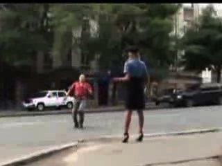 Mujer policía sexy perdió su falda en público