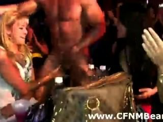 Cfnm party babes chupar strippers polla en público