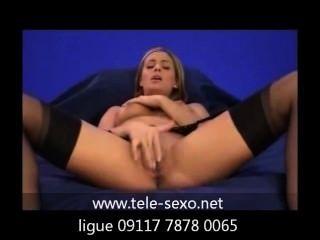 Chica, en medias, masturbándose en un sofá tele sexo.net 09117 7878 0065