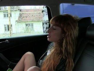 Pelirroja se masturba y folla en taxi