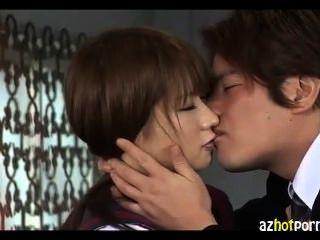 Besos y follando con una chica de uniforme