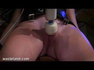 Atormentando sexo esclavo coño con máquinas bdsm, la electricidad y el dolor