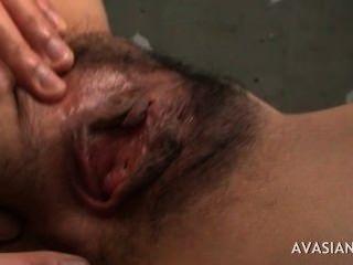 Dedos del dedo adolescente asiático peludo profundamente al orgasmo