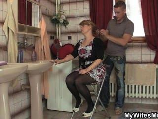 Su esposa se va y él golpea a su mamá caliente