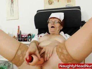 La enfermera practicante en gafas se burla de su muff