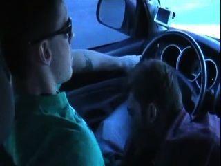 Chico con gran polla aspirado en el coche