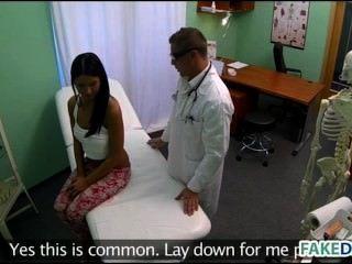 Adolescente es golpeado en un hospital falso