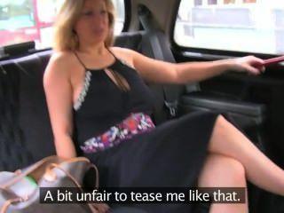 Rubia tetona natural da mamada en taxi