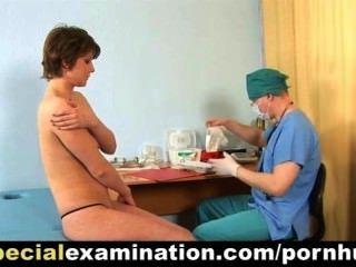 Examen médico especial para tímida joven dama