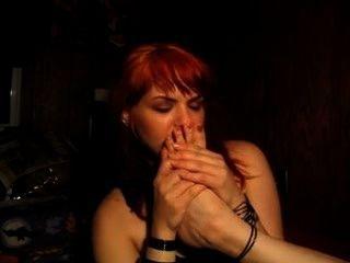 Pelirroja traviesa olfatea sus propios pies apestosos