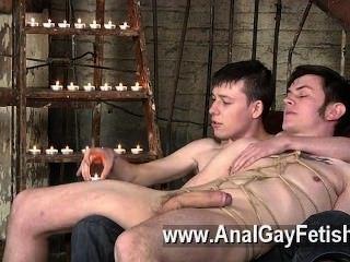 Clip gay de retroceder en el sofá, zacary es incapaz de rechazar como