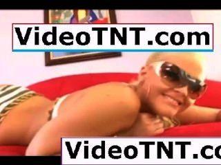 Pequeño adolescente virgen bailando alrededor de su dormitorio en ropa interior de bikini azul apretado