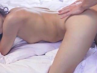 Adolescente afeitado en la película erótica insana