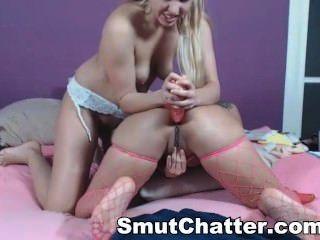 Rubia lesbianas obtener su culo toyed en web cam