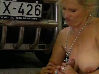 Milf se follan en el garaje de estacionamiento