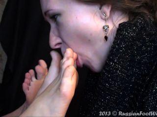 Chica lamiendo dos pares de pies