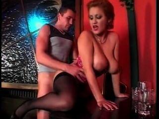 Bonita camarera con grandes tetas naturales teniendo sexo
