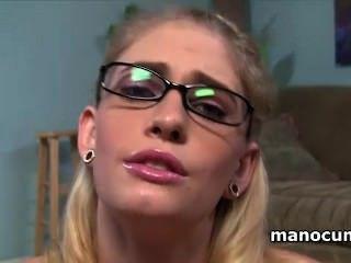 Rubia puta en gafas frotando pene duro grande con lujuria en pov