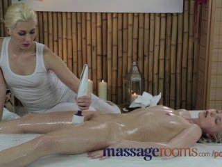Salas de masaje inocente rubia joven tiene profundo orgasmo con lesbianas masajista