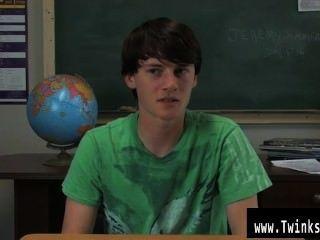 Gay clip de jeremy sommers está sentado en un escritorio y una entrevista está siendo