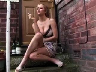 Novia caliente fumando fag afuera en el paso de la puerta
