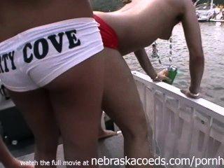 Verdaderas chicas partidarias al azar desnudas en el lago público de la ensenada del partido de los ozarks mo