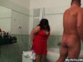 Ella encuentra a su madre titted enorme follando con su esposo en el cuarto de baño