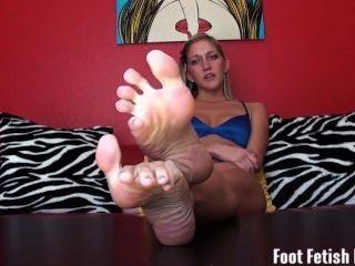 Humillación fetiche de pie de su hermana paso malcriado caliente