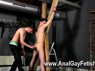 Aaron víctima de la cogida gay aaron recibe un azote, luego obtiene su grieta correctamente