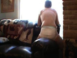 Mojando mi pañal y humping un sofá